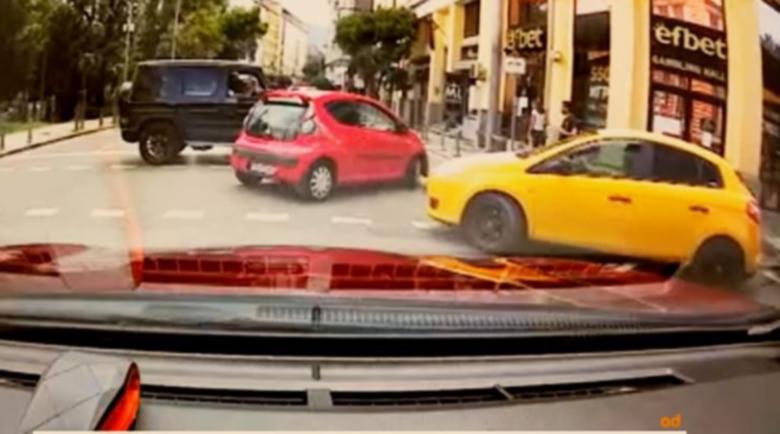 Прокуратурата проверява G-класата, която блъсна кола в София