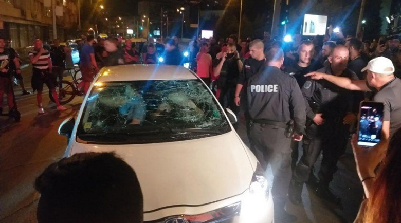 Уволниха лумпена, атакувал колата с децата на протеста