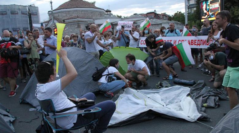 Премахнаха палатковия лагер в Пловдив, полицаи влачат хора по улиците