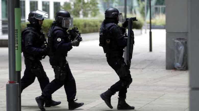 Въоръжен взе заложници във френска банка