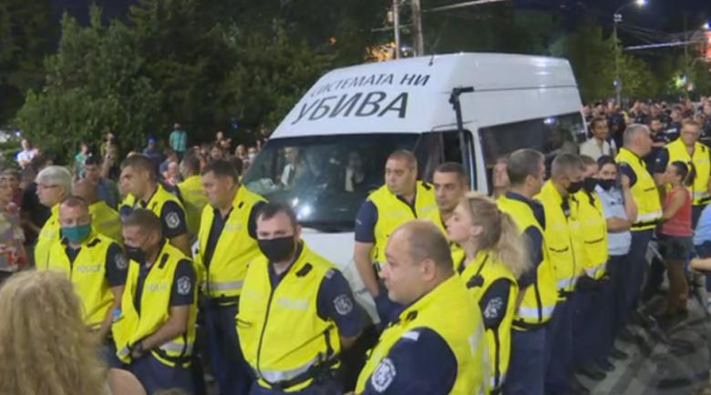 Полицията блокира буса на майките от къщата на Борисов в Банкя