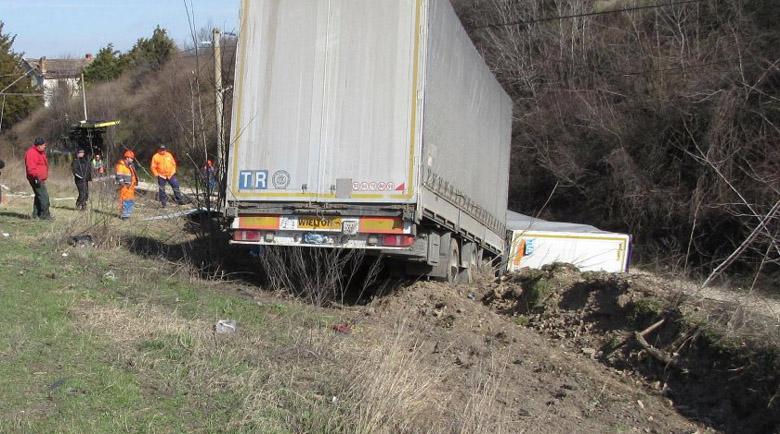 Камион се обърна в канавка на пътя, шофьорът загина