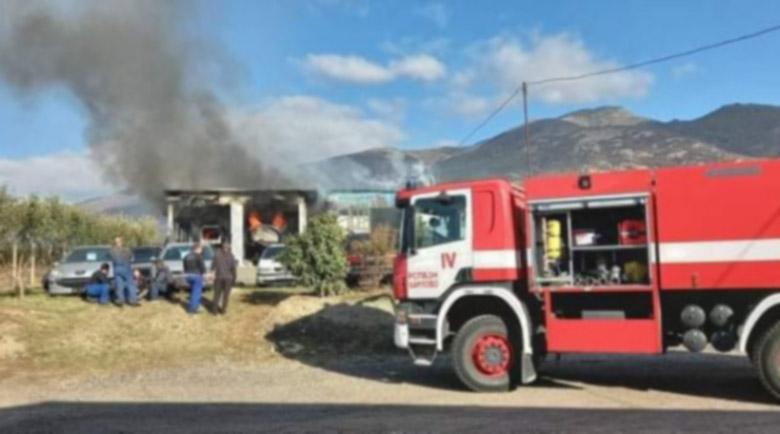 Изгоря автосервиз край Карлово с няколко коли в него
