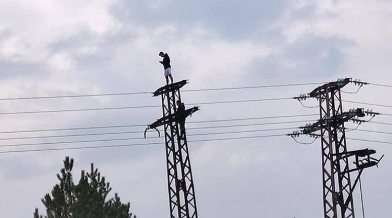 Опасни селфита на върха на електрически стълб