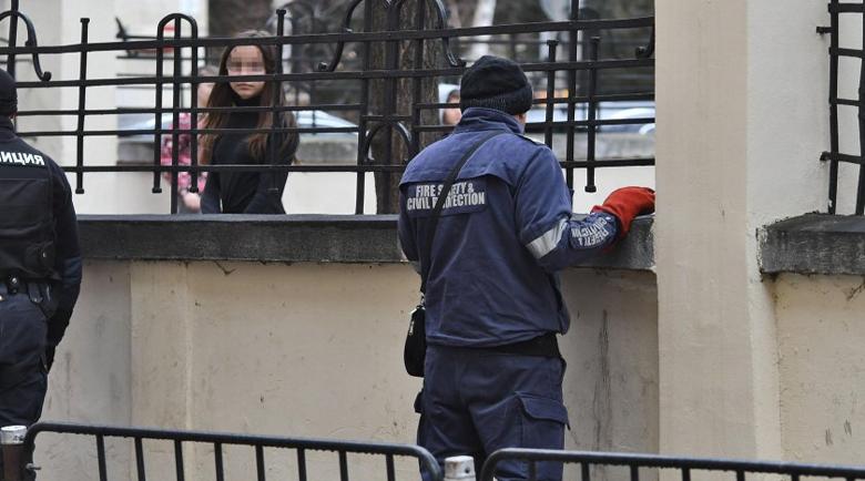 Ученички се млатиха в двора на училище, oхраната едва успяла да ги разтърве