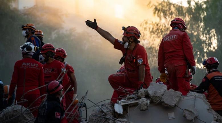 Спасители извадиха две момичета живи изпод руините от земетресението в Измир