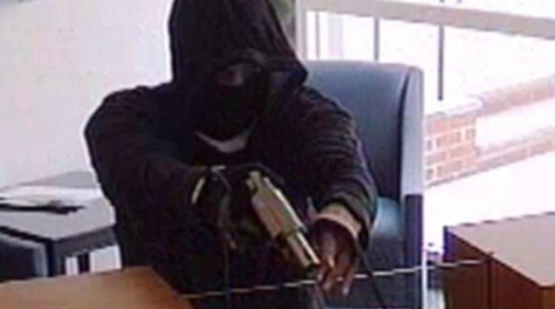 Банков крадец плаши с бележка касиерка: Ще те заколя!