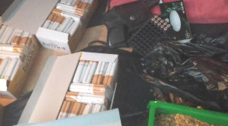 Крият пистолет, нелегален тютюн и цигари в кутии от прах за пране