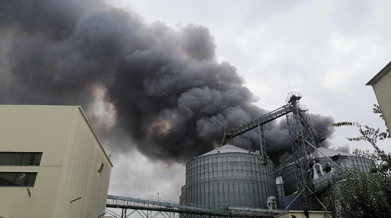 Голям пожар в завод в Катуница, евакуираха 100 души