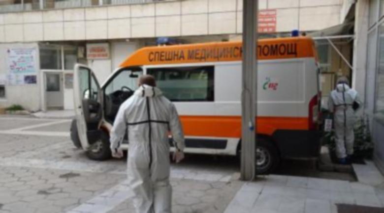 Мъж с коронавирус издъхна, чакайки линейка два дни