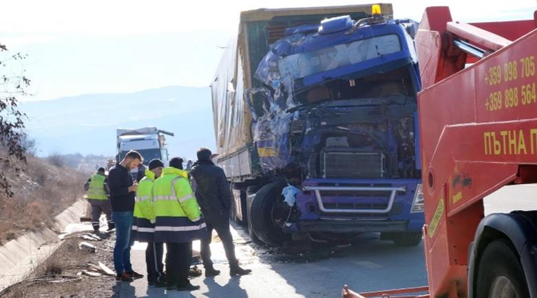 """Камион с мандарини се заби в камион с масло на магистрала """"Струма"""""""
