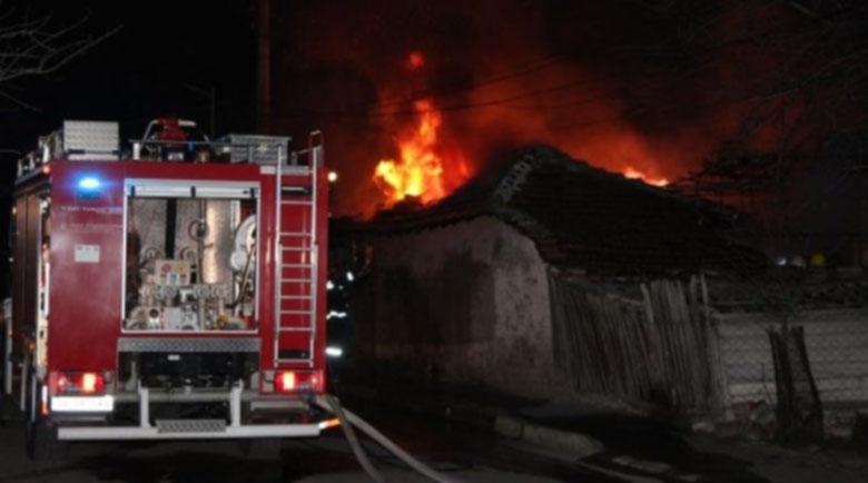 Три екипа огнеборци гасиха пожар в къща в Монтана