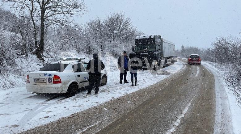 Снегът ни почна! Кола се размаза в ТИР между Криводол и Враца