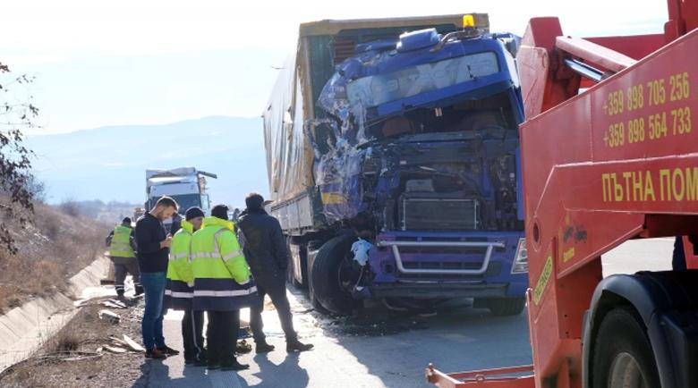 """Два тира се удариха на магистрала """"Тракия"""", има разпилян товар"""