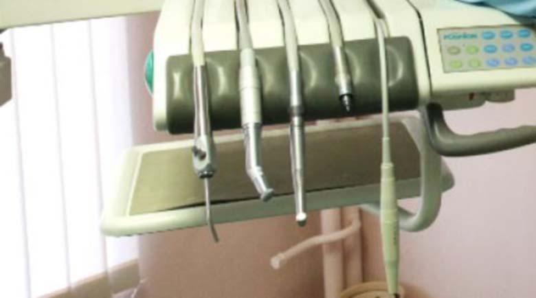 Измамник! Столичен зъболекар завлече пациенти с хиляди левове, пренесъл се в Атина