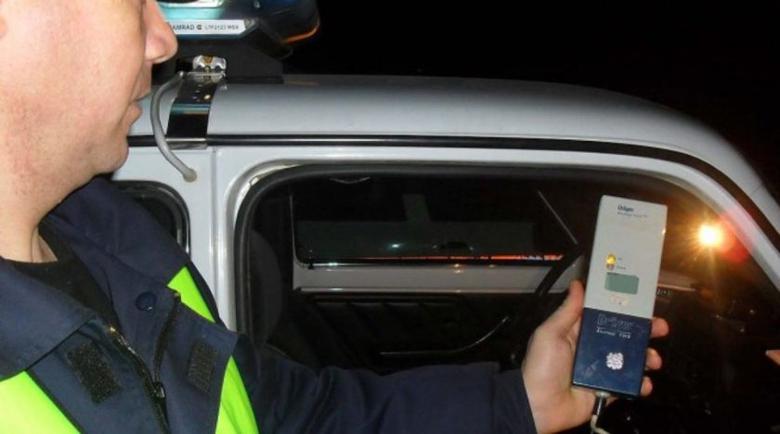 Хванаха надрусан и без книжка с крадена кола