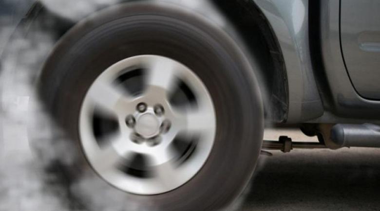 Екшън: Дрифтър пили гуми посред нощ, избяга от полицията