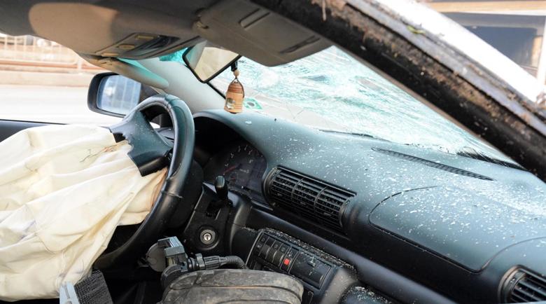 Шофьорка с две деца катастрофира тежко при изпреварване