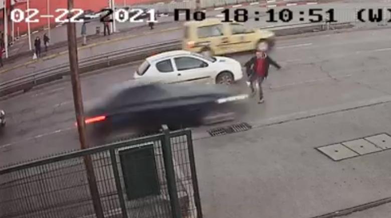 """Пешеходец оцеля по чудо след зверски сблъсък с кола в """"Люлин"""""""