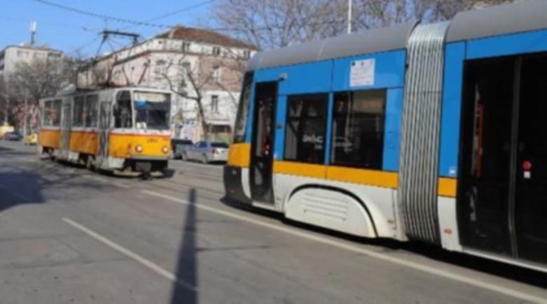 Младежи обраха пенсионер в трамвай, направили се на чужденци