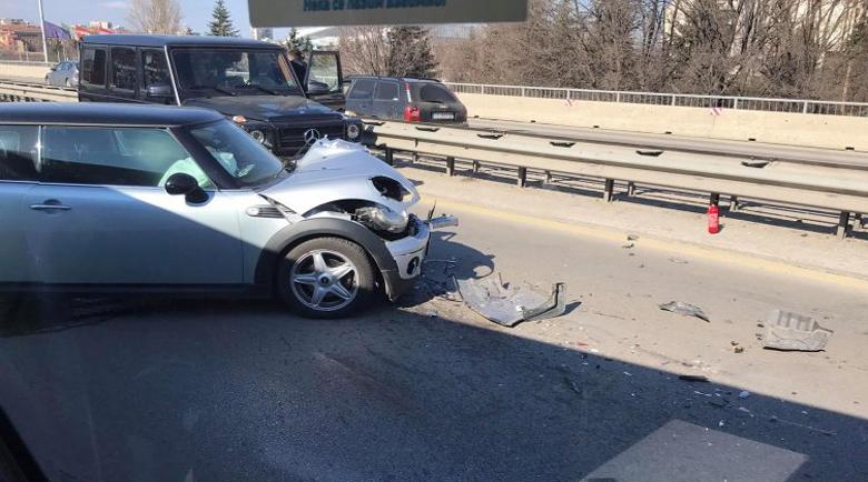 """Три коли се нанизаха на """"Цариградско шосе"""", затапиха булеварда"""