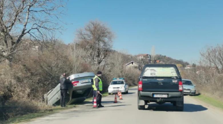 Шофьорка с БМВ се обърна по таван край Пловдив, трафикът е ад