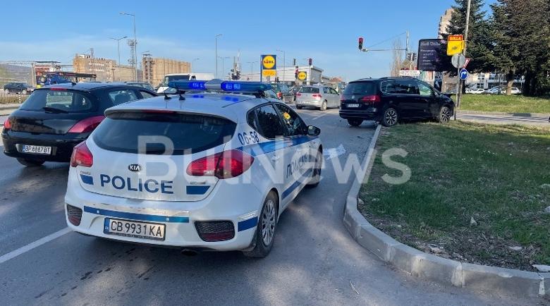 Млада шофьорка се размаза на възлов булевард във Враца