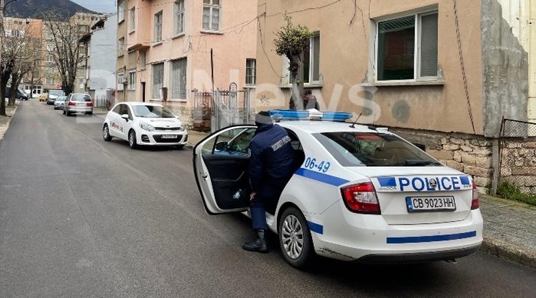 Полицаи видяха зор: Намериха полугол да лежи в двор на къща