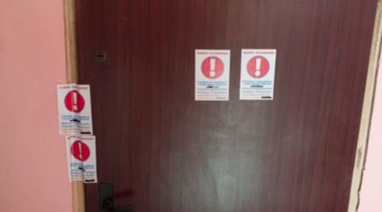 Фирма за бързи кредити тормози клиенти със стикери по вратите