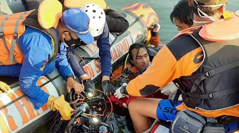 Кораб се обърна заради селфи, 7 души се удавиха