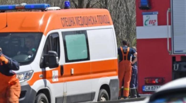 Козирка на жилищен вход се срути и рани човек в София