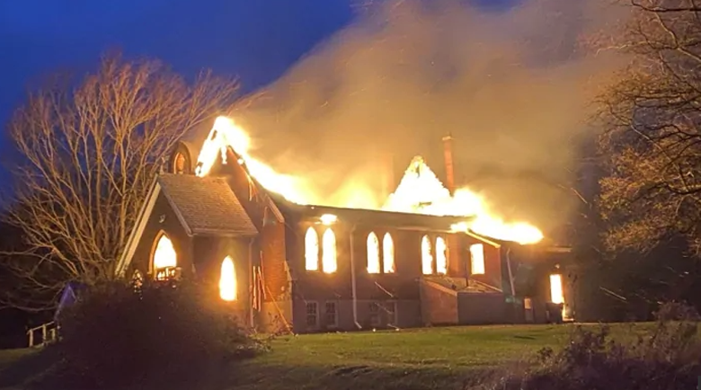 Църкви изгоряха след смразяващата находка в Канада