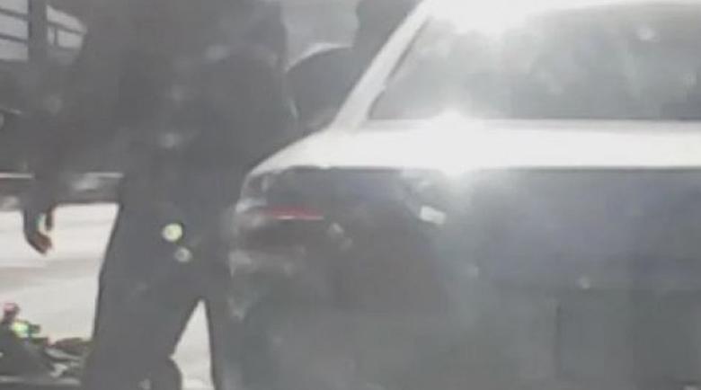Моторист се сби с шофьор на кръстовище, хвърли му камък в стъклото