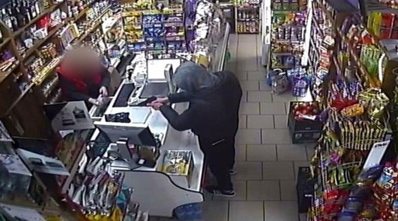 Деца с маски и пистолет са обрали магазина във Варна