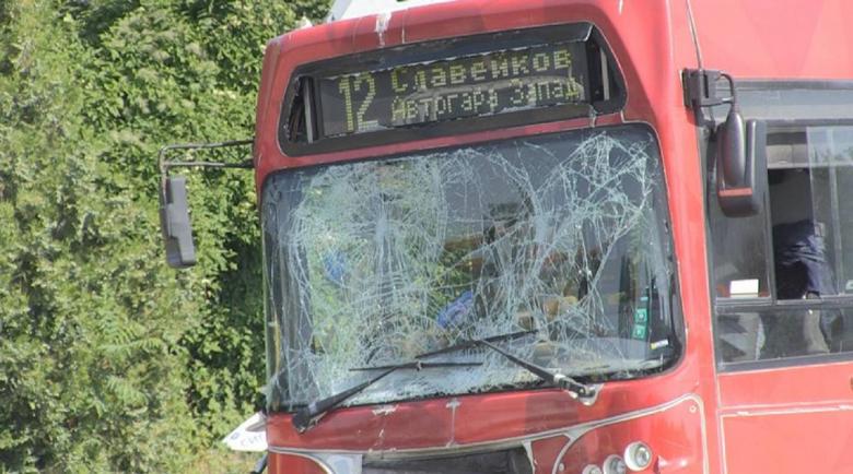 Автобус на градския транспорт се заби в улични стълбове