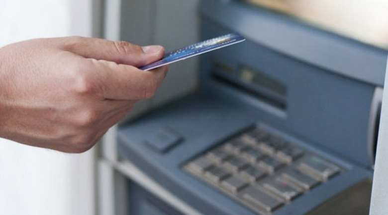 2 г. и 8 месеца затвор за измамник, теглил пари от чужда карта