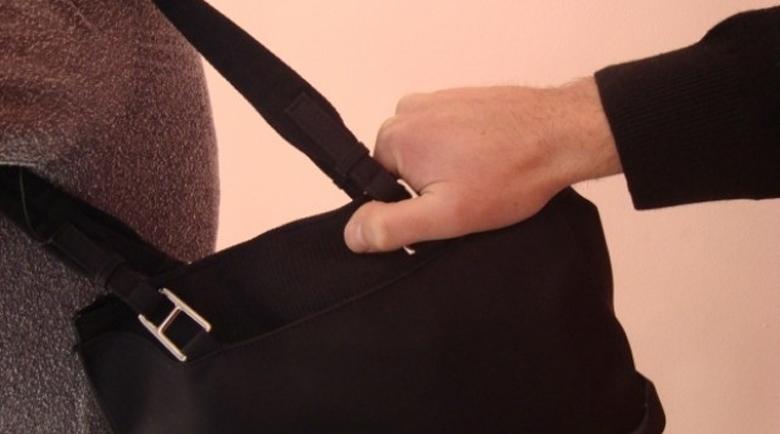 Апаш отмъкна чантата на баба, пипнаха го за нула време