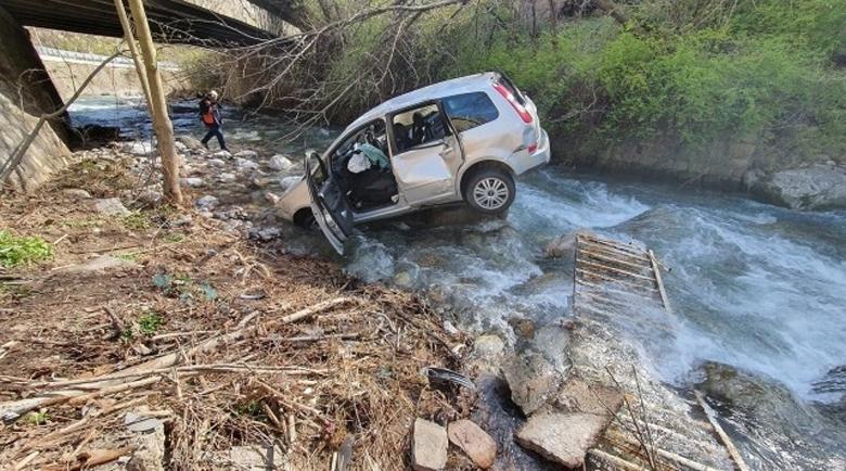 Открадна кола във видинско село, откриха я в река Лом