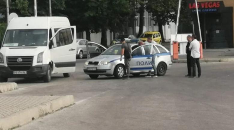 Екшън на автогара: Таксиджия скочи на бой на шофьор, спрял му на мястото