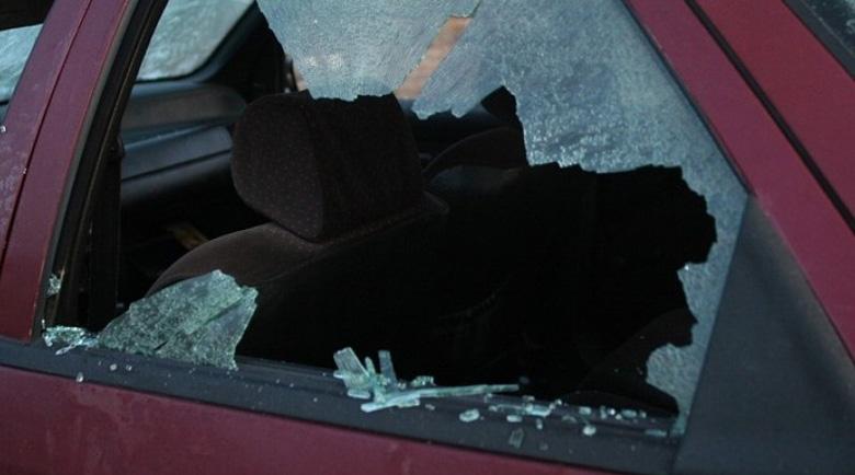Двама тийнейджъри се скараха с комшия, потрошиха колата му с камъни
