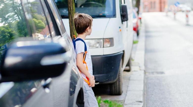 Модерната лудост: Деца скачат пред автомобилите, после бягат