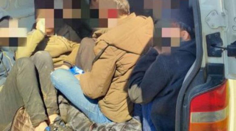 Пращат в ареста 20-годишен каналджия, спипан с 31 мигранти в камион