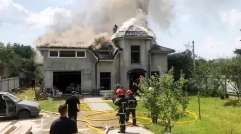 Самолет падна върху дома на спортистка, има загинали