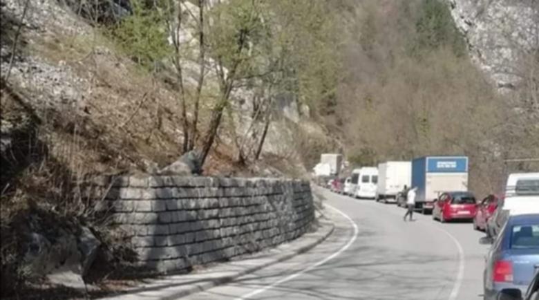 Тежка катастрофа затвори пътя за Бачково