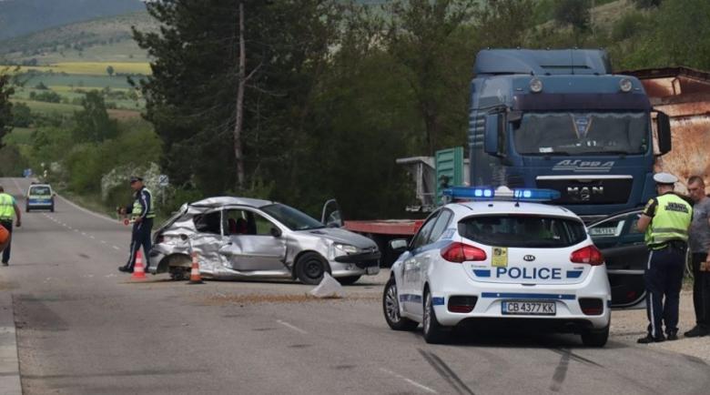 Катастрофа между кола и камион с асфалт, има пострадал