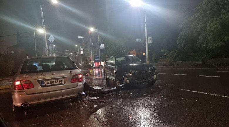 Страшен челен удар между БМВ и Мерцедес на кръстовище в София