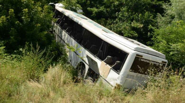 """Дрогиран шофьор обърна автобус с пътници в канавка на """"Тракия"""""""