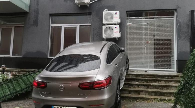 """""""Мерцедес"""", кацнал на стълбите пред блок в София, разбуни мрежата"""