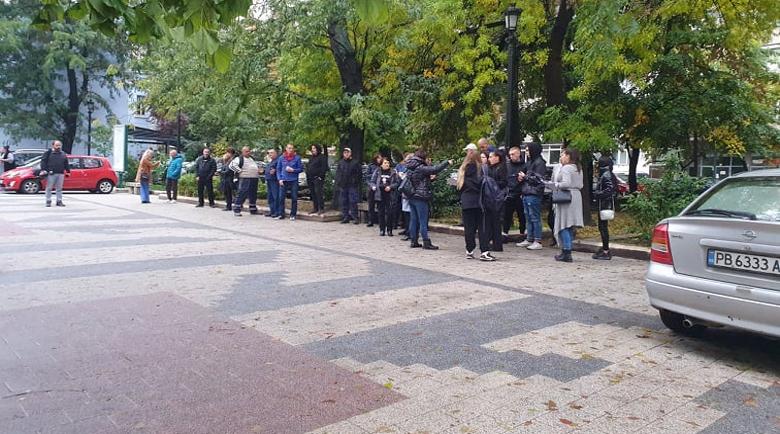 Втори ден протест пред съда в Пловдив заради мелето край Кадиево