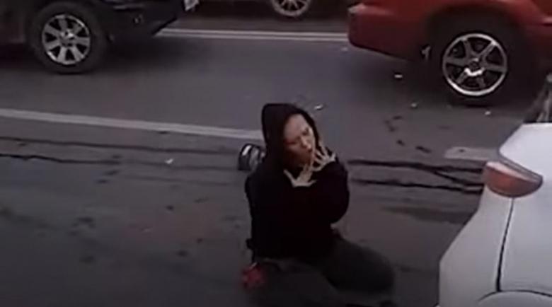 Пияна студентка в транс, потроши 7 коли